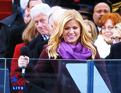 Kelly Clarkson photobombed by Bill Clinton at the Inauguration