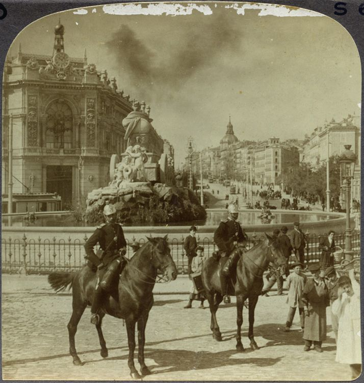 www.klumpcol.com  1900 Policías a caballo y transeúntes en la Plaza de Cibeles. Fragmento de estereoscópica. (Centro)