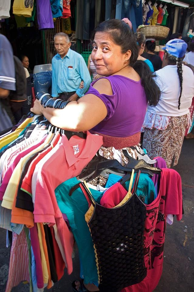Vendedora de ropa en el centro de San Salvador y con una sonrisa (Asi es nuestra gente)