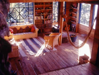 It was built in 1997 by Carmen and Marco Ancares in a rustic style with native woods. It has double and triple rooms with bathrooms, all clean and warm. When not fly fishing, guests can relax in the library or enjoy the bar with excellent Chilean wines.