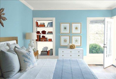 Admirez l'agencement de couleurs de peinture I réalisé avec Benjamin Moore. Via @benjamin_moore. Mur: Bleu Ciel HC-153; Moulures: Simplement Blanc OC-117; Mur du Fond de la Bibliothèque: Simplement Blanc OC-117; Plafond: Blanc Tourterelle OC-57.