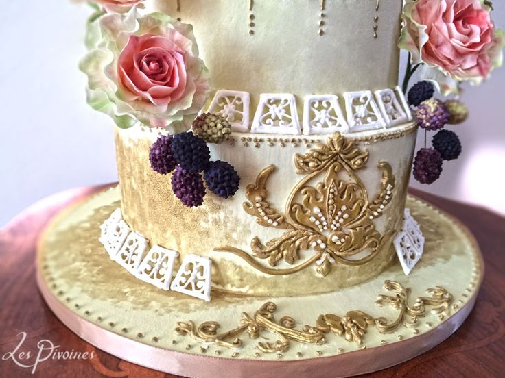 tort de nunta cu mure si flori de zahar