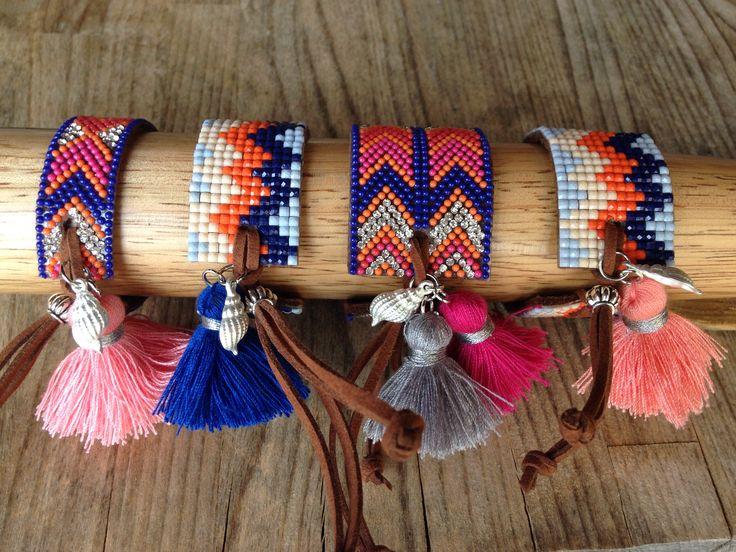 Pulseiras ajustáveis, coloridas com detalhes em prateado.
