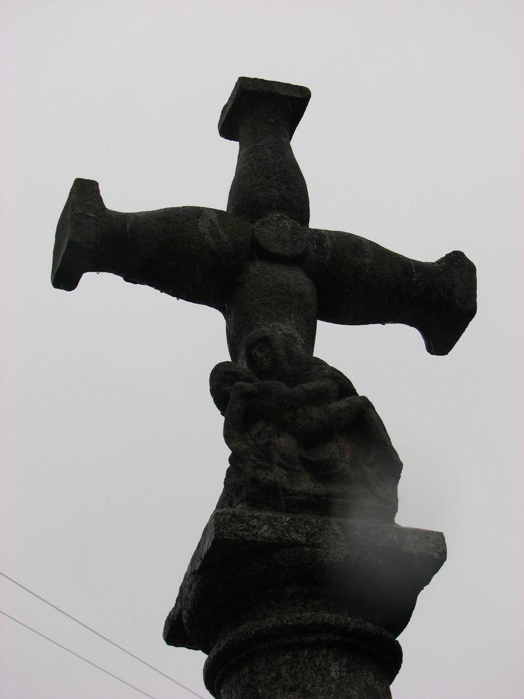 A la entrada de Navaconcejo por arriba encontramos este bonito crucero que como es habitual por aquí, incluye una piedad por detrás de Cristo.