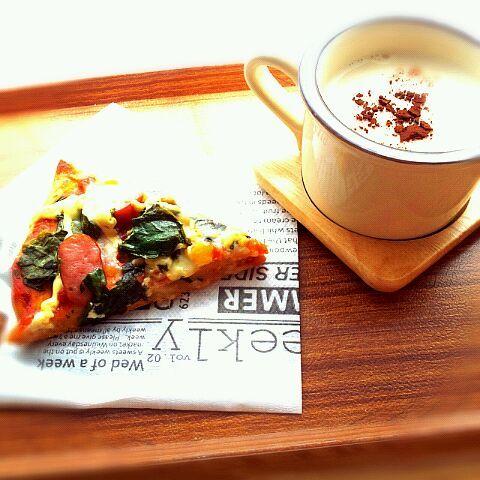 先に生地を焼いたら生焼け防止(^-^) - 27件のもぐもぐ - お昼ごはんピザ(全粒粉と大豆粉) by hiriko