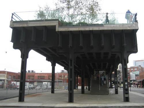 The High Line, een stadswandeling (van 2,2 Km) in het spoor van New York. Wandelen op 9 meter hoogte over een oude spoorbaan. te vinden in het Meatpacking District. Adres: starten Gansevoort (einde 9th Avenue) einde W34 11th Avenue (bij Jacobs Javits Convention Center)
