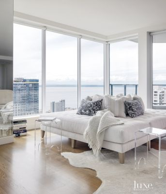 Seattle Washington Designer Christian Grevstad Created A Modern White Interior In This Seattle High Rise Condo A Roundabout Lounge Area Takes Advantage