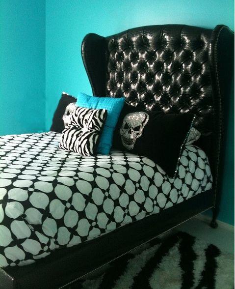 BLACK TUFTED HEADBOARD BED IN BLACK CROC