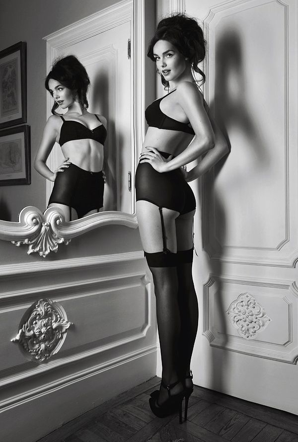 Boudoir - Lingerie - Portrait - Editorial - Black and White - Photography - Pose