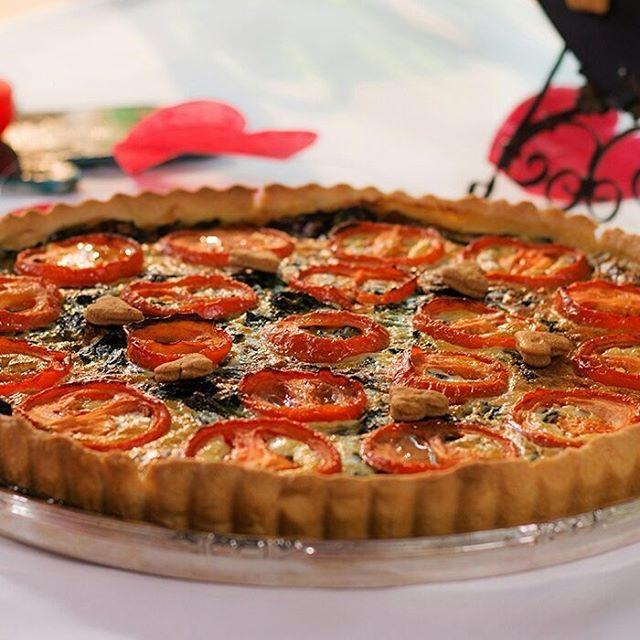 Ispanaktan hoşlanmayanlar bile bu tarife bayılıyor. İşte Ispanaklı Tart tarifim… #selinkutucular #hayatağacı #ıspanak #ıspanaklıtart #tarif Hamuru için: 3 su bardağından 2 kaşık eksik un 200 gram oda sıcaklığında tereyağı 1 adet yumurta 1 tutam tuz İç malzemesi için: 600 gram ıspanak 1 yemek kaşığı zeytinyağı 1/2 kg salkım domates 3 adet yumurta 150 ml krema 125 gram parmesan peyniri 1 tutam muskat Tuz Karabiber 6 kişilik Zorluk: 2 Hazırlık: 1,5 saat Pişirme: 30-35 dakika ...