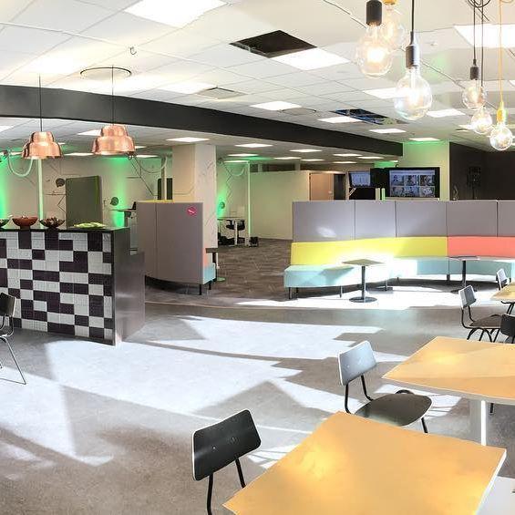 Helsinki, Pasila: Uudenlainen työhuone, jossa työskentelet kuin omalla toimistollasi. Työhuone Pasila on työhyvinvointia tutkiva ja kehittävä yhteisöllinen työtila, joka kokoaa yhteen eri alojen tekijät. Työhuone Pasila on Eteran, Elisan, Haltonin ja Iskun yritys- ja yrittäjäasiakkaille tarkoitettu. Työhuone Pasila sijaitsee osoitteessa Palkkatilanportti 1 (sisäänkäynti Pasilanraition puolelta). Tila on avoinna arkisin kello 8.00-17.00.