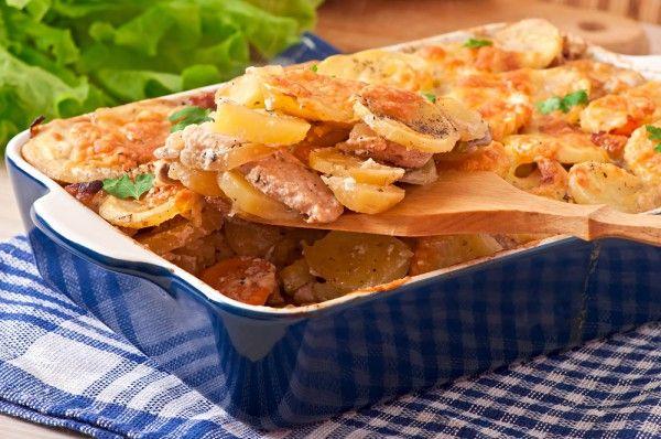 Запеченная свинина с картошкой и сыром, ссылка на рецепт - https://recase.org/zapechennaya-svinina-s-kartoshkoj-i-syrom/  #Кашиизапеканки #блюдо #кухня #пища #рецепты #кулинария #еда #блюда #food #cook