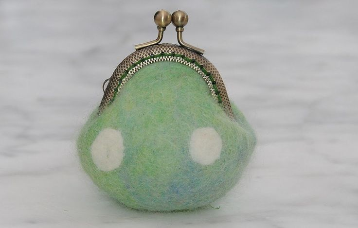 Learn how to felt a tiny coin purse using polystyrene balls.   Needle/wet felting techniques are used to create the purse.  Finally, a  tiny arched metal frame is sewn on to add the perfect touch.