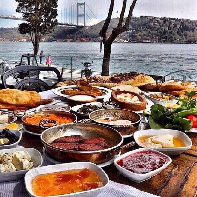 Serpme Kahvaltı - Nezih Kebap / İstanbul ( Rumelihisarı ) Telefon : 0 212 265 7455 Fiyat : Alakart menü, her ürün ayrı fiyatlandırılıyor.. İki kişi ortalama 60-70 TL
