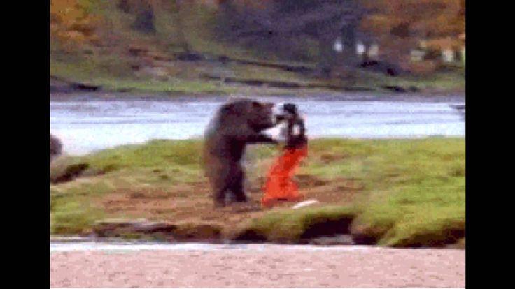 【ヒグマvs人間】不運にもヒグマ[Brown bear]に遭遇した男性、襲いかかる熊、負けじとカンフーで応戦するも回し蹴りでボコられる。