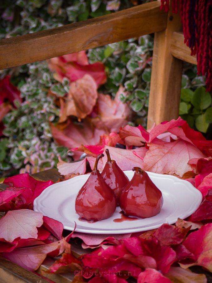 Recept voor rode stoofperen; Je kunt ze warm of koud serveren en ze zijn heerlijk bij wild of rodekool. Ook erg lekker als dessert en zelfs lekker bij het ontbijt. Photography: © Gitta Polak www.tastyshot.nl