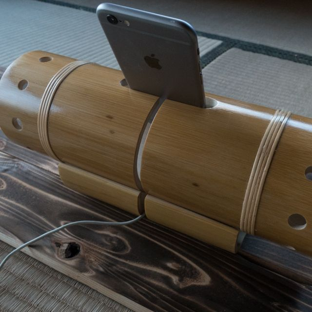 Bambuson2 -065-表面の皮を全て削り 野生児からお姫様へ艶のある一品6800円製品サイズW:30 H:9.5 (台W:7.5/H:5)単位はcm台設置後の高さは12Bambuson2 バンブソン2】独自技術による内側の皮の掘削を実現これによりより音がふくよかに本来起こる竹割れの確率を未加工時より抑える事が可能にさらにお客様のご要望にお応えして新たなバンブソンは充電しながらご使用頂けるバンブソン2として登場しましたよりシンプルによりスマートに家の中どこでも使える身軽さバンブソン2※不要な時は台座ははずしてご使用いただけます