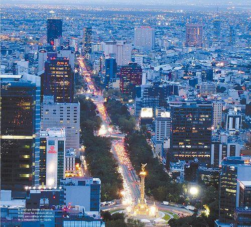Va oscureciendo sobre la #CiudadDeMexico. La ciudad nunca pierde su intensidad, y se disfruta tanto de día como de noche.