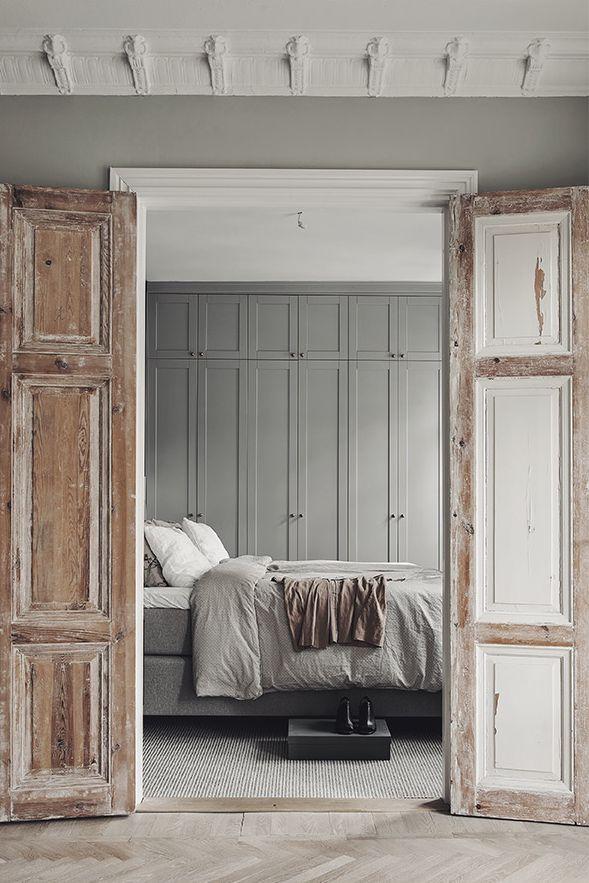 Chambre en camaïeu de gris et ses portes patinées en bois clair