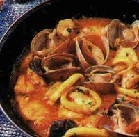 Diverse vis, schaal- en schelpdieren, gestoofd in een saus van tomaten, knoflook en uien