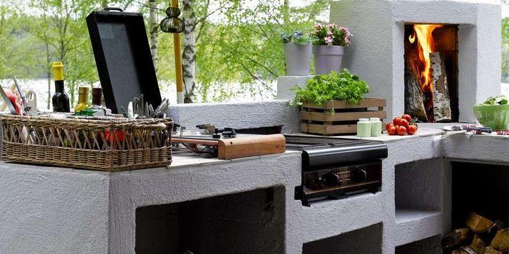 Om sommeren kan du lage maten i et utekjøkken.