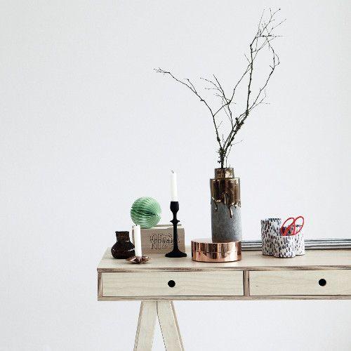 "Wazon ""Hexa Gold"" oraz biurko brzozowe z kolekcji House Doctor/ Vase ""Hexa Gold"" and birch desk by House Doctor. #HouseDoctor"