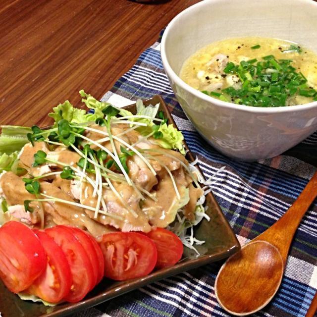 今日ははまりつつある茹で鶏。サラダには胡麻ドレッシングをかけました。春雨スープは茹で鶏の出汁に塩と薄口醤油。最後に溶き卵を入れて仕上げました。お腹も満足したようで良かった(^_^) パパが明日から夏休み〜! やった〜! - 93件のもぐもぐ - 【ダイエット食】茹で鶏肉のせサラダ、鶏出汁の春雨スープ by gohandaisuki