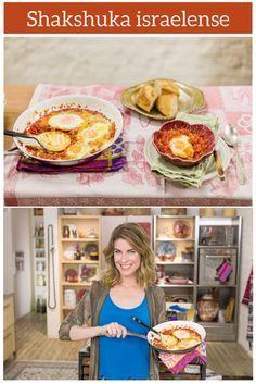 O prato leva ovos, que cozinham dentro do molho de tomate com pimentão, e fica uma delícia com torradas crocantes!