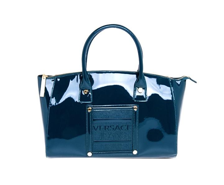 Borsa in vernice della collezione Versace Jeans autunno inverno disponile in diverse forme, dimensioni e colori. Colori: grigio, nero e ottanio.