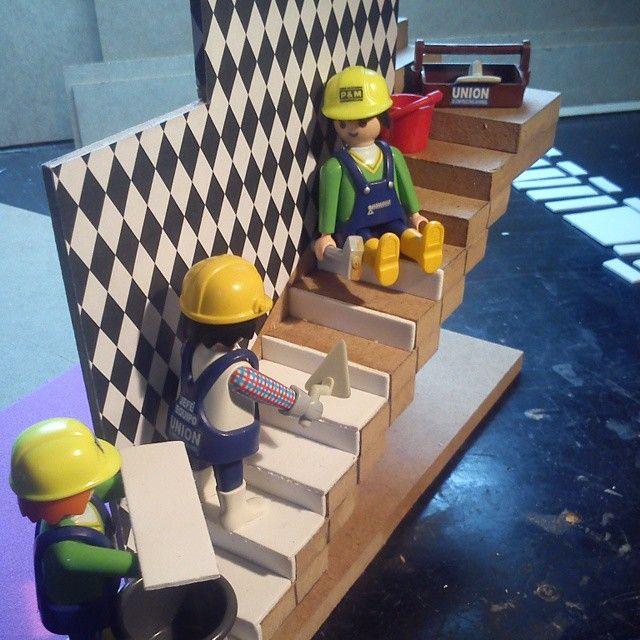 Los obreros del equipo 6 de Unión de Construcciones ponen soleria a la escalera de la casa presidencial. #playmobil #construccion #construction #bau