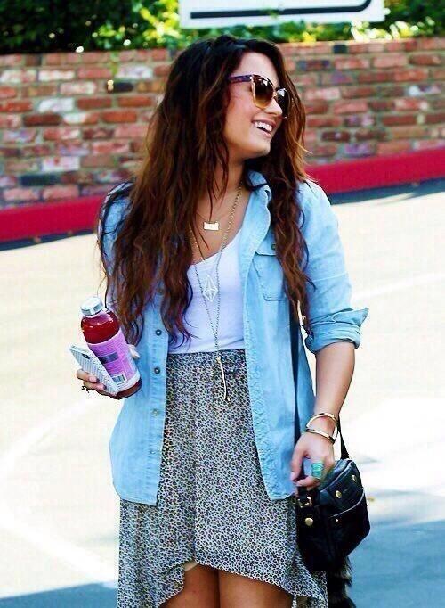 Lindo y casual! Falda a la cintura, polera blanca y camisa de jeans + accesorios #DemiLovato