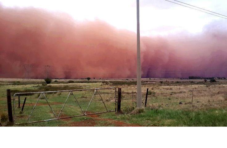 Athina Belinda Moutzouris het 'n foto gedeel van die stofstorm tussen Dealesville en Bloemfontein.