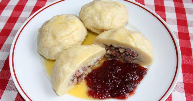 Palt är riktig husmanskost med rötter i norra Sverige. Till skillnad från kroppkakor används rå potatis. Palten serveras gärna med skirat smör och lingonsylt.