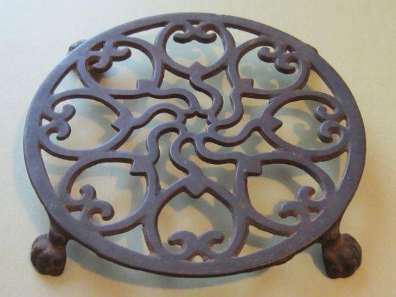 antique primitive cast iron round footed trivet primitives antiques and irons. Black Bedroom Furniture Sets. Home Design Ideas