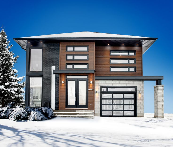 Conçue par le designer Daniel Corbin, cette maison à étage de style résolument contemporain et à la fenestration abondante est des plus fonctionnelles. Elle mesure 36 pieds de largeur sur 44 pieds de profondeur, sa surface habitable est de 2 267 pieds carrés, et son grand garage de 336 pieds carrés peut loger une voiture en plus d'offrir beaucoup d'espace de rangement. Les plafonds sont à 9 pieds de hauteur sur les deux étages. <br/>  Le rez-de-chaussée occupe une surface de 1 075 pieds…