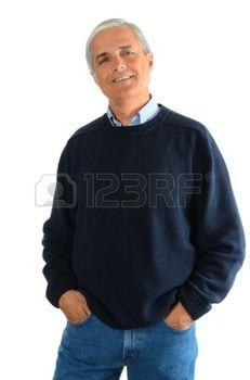 mezza eta: Ritratto di un casual uomo di mezza età che indossa jeans e un maglione. L'uomo ha le mani in tasca su uno sfondo bianco. Archivio Fotografico