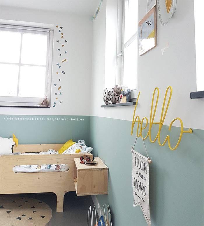 Met deze prachtige kleurencombinatie van mosterd, petrol en grijs verander je de kamer razendsnel! De driehoek muursticker plak je waar je maar wilt als het maar een glad oppervlak heeft.