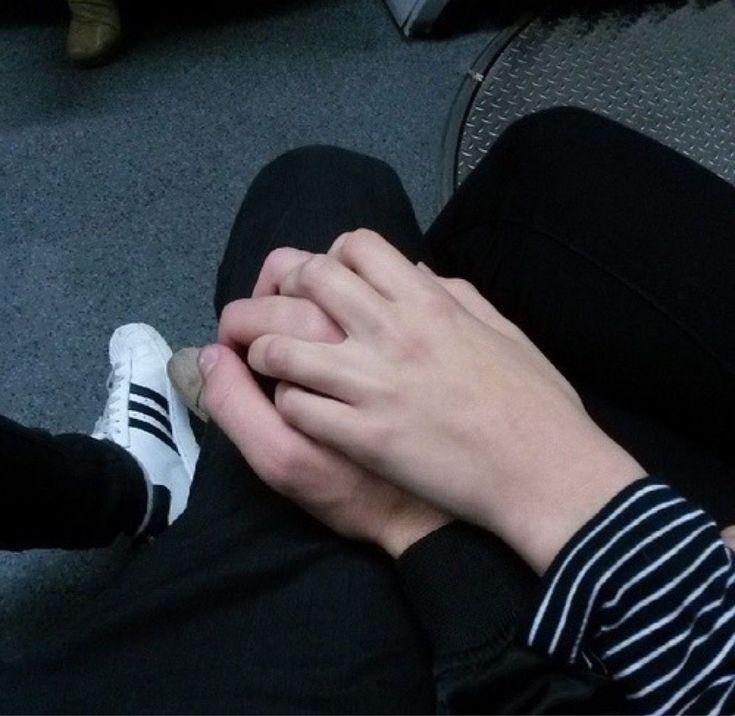 Фото парень с девушкой держаться за руки без лица
