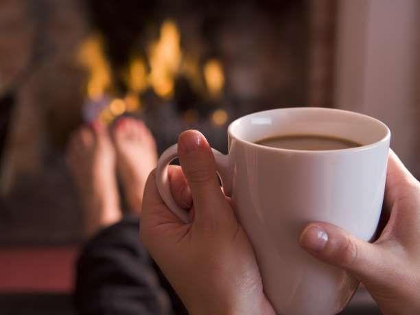 Η ζεστή ατμόσφαιρα που προσφέρει ένα αναμμένο τζάκι είναι ό,τι χρειαζόμαστε, σε συνδυασμό με μερικές ιδέες για να κάνετε τη φωτιά σας... αρωματική!