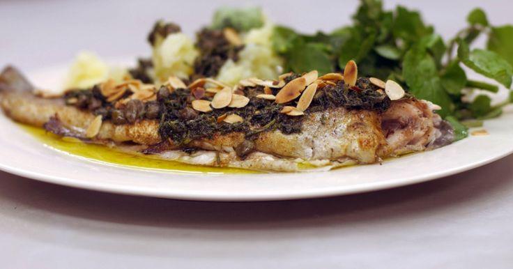 Moeke heeft viskes gebakken! Jeroen legt forel in de pan, met een knipoog naar de klassieke bereiding met amandelschilfers. Hij bakt de vissen, opgevuld met verse kruiden en citroen. Op het bord krijgen ze gezelschap van geplette aardappelen, waterkers en een botersaus met kappertjes en amandelschilfers.Extra materiaal:tandenstokerseen ovenschaal