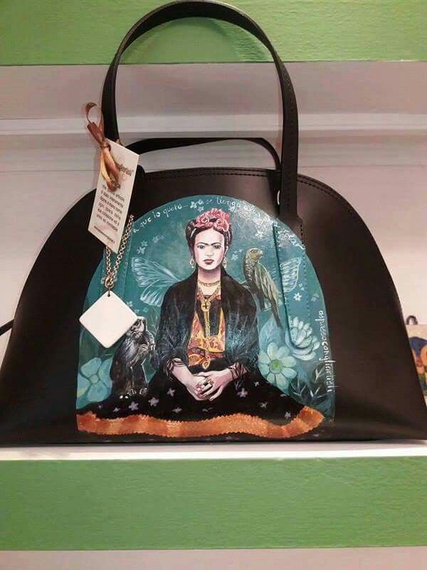 Dalle tele al braccio delle donne. Il vestire si trasforma in #Arte! #Borsadonna #Borsainpelle #bag con #dipintoamano #Frida ad opera di #Aspassocongliartisti in vendita presso lo Showroom #Decortack di Via Spadaro Grassi 18 #Catania (50 metri da #PiazzadelDuomo)#modadonna #accessorimoda #fashion #MadeinSicily #MadeinItaly Contatti : info@decortack.it Tel: 3294198247