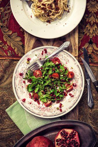 ストックフォト : オーガニック&ルッコラのサラダとザクロスパゲッティカルボナーラ