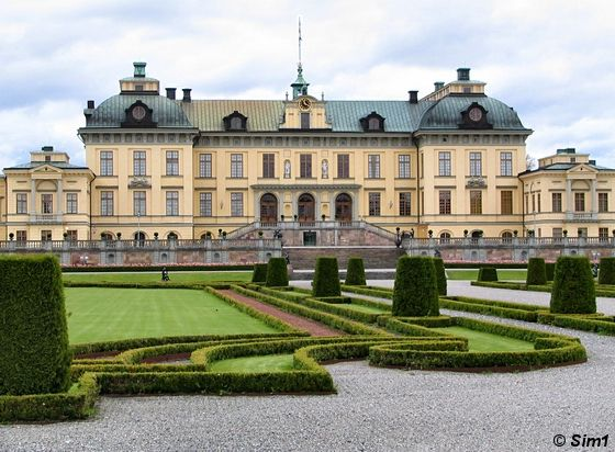 famous palaces - Welcome to Drottningholm Slott! (or Drottningholm Palace) is the most famous of Sweden palaces and it is located on the outskirts of Stockholm on the island of Lovön.