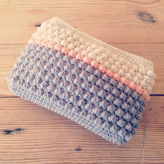This is lovely. A little purse using the Crochet Bobble Stitch. Free pattern from the Danish husbestyrerinden. If you need it in English, Google Translate works very well.