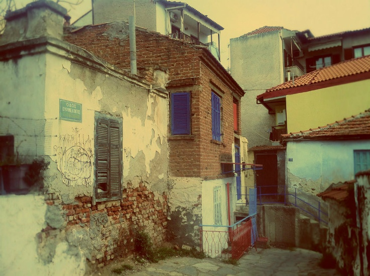 At the top of Evrimedondos Street, humidity has stripped old houses from their paint and plaster. (Walking Thessaloniki / Route 10, Ano Poli b)
