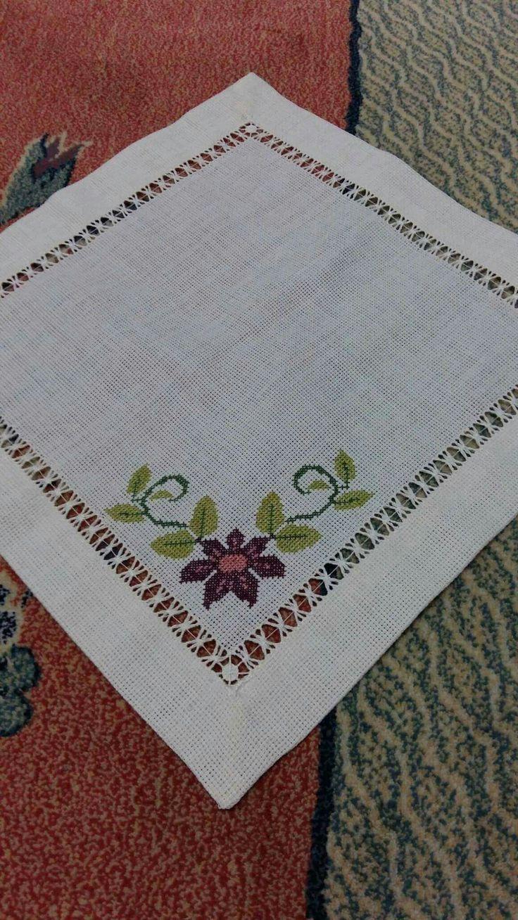 Camino de mesa bordado en vainica doble