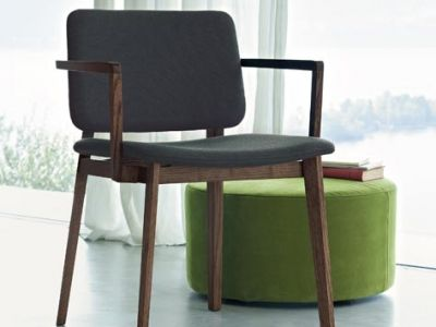 LEMA | Piero Lissoni's sobre design brings us a chair of minimal line, rielaborated so as to highlight the structure and its proportions. A chair which can be adapted to any furnishing context thanks to the numerous variants offered in the catalogue.