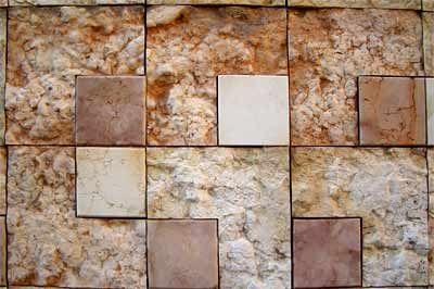 L'esterno della nicchia che ospita il tesoretto longobardo, citazione dell'arte di Mondrian di cui Scarpa era ammiratore e omaggio alle pietre della tradizione architettonica veronese: il marmo della Valpolicella in tutte le sfumature.