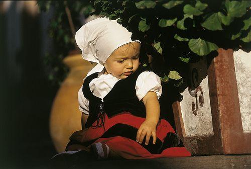 *** Fillette en costume traditionnel Pays Basque Pyrénées Atlantiques France