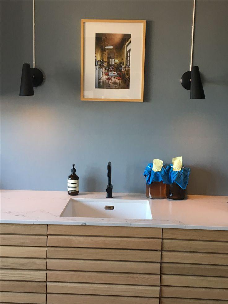Blått kjøkken, Linblå, Jotun Lady. Birdie vegglampe, Northern Lighting. Vola sort matt blandebatteri. Foto: Bernhard Hartmann La Cucina.